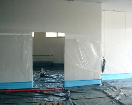mit Folie abgeklebte Wände